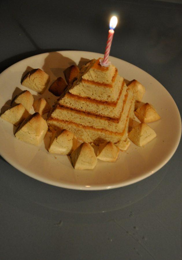 Triangulations: Lepsius 200, Pyramiden-Kuchen. Foto: Tinka Bechert.