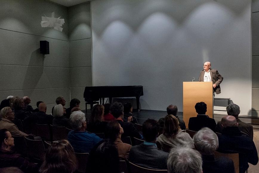 Peter Tepe hält die Einführungsrede. Foto: Karsten Enderlein.