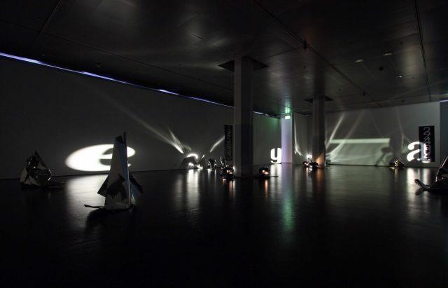 Installationsansicht, Museum Neue Kunst | ZKM, Karlsruhe (2007). Dieser Installation ist auch das nachfolgende Bild zuzuordnen. Foto: Museum Neue Kunst | ZKM, Karlsruhe / ONUK, Karlsruhe.