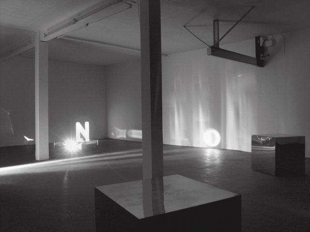 Mischa Kuball: Installationsansicht Galerie Konrad Fischer, Düsseldorf (2002). Foto: Dorothee Fischer.