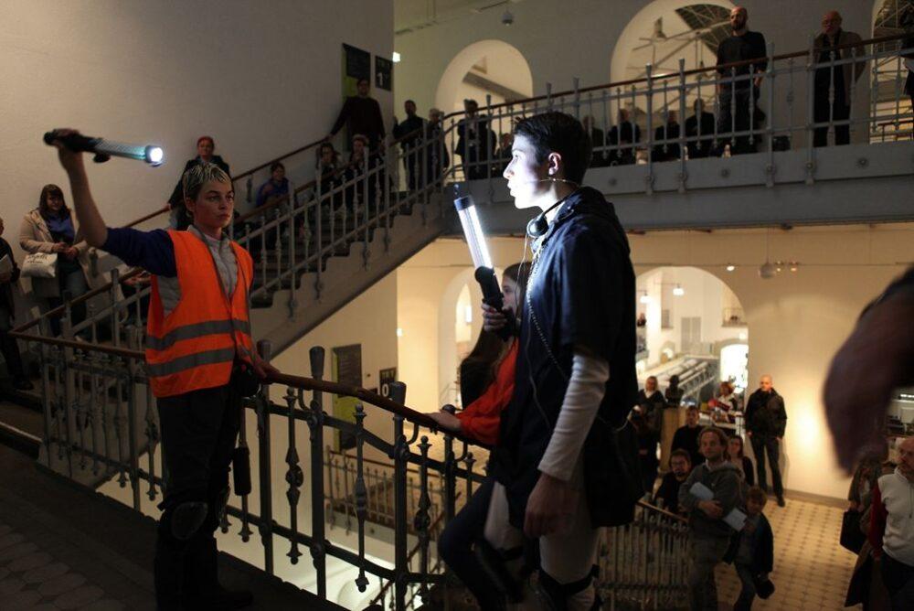 Performance von Alice Peragine mit Xenia Taniko Dwertmann in der Universitätsgalerie der Kustodie der TU Dresden im Rahmen des Projekts: DEAR HUMANS, … (2018). Foto: Anne-Theresa Wittmann.