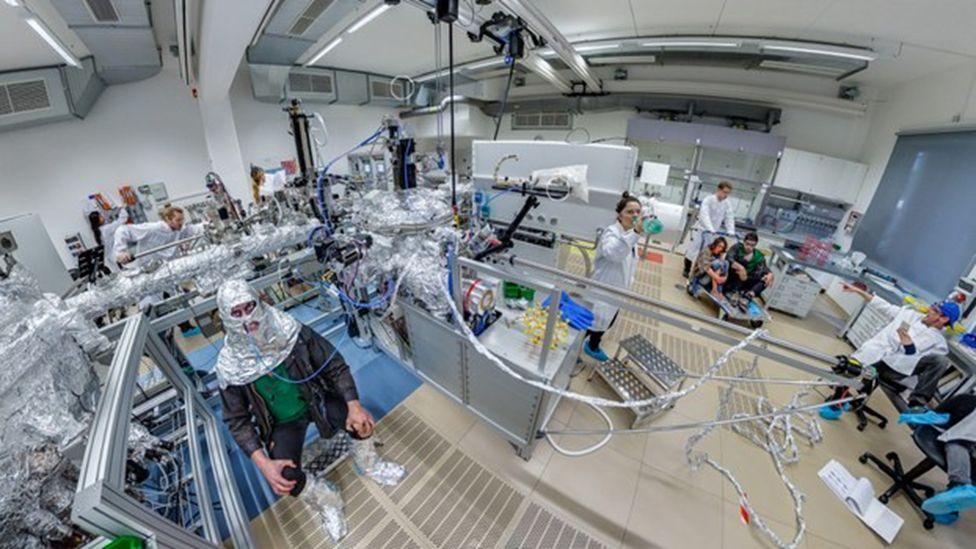 New Scenario: Hope (2017). Vorbereitung der digitalen Intervention im Rahmen des Art Science Lab in der Universitätsgalerie der Kustodie im Görges-Bau, TU Dresden. Foto: Kustodie/TUD.
